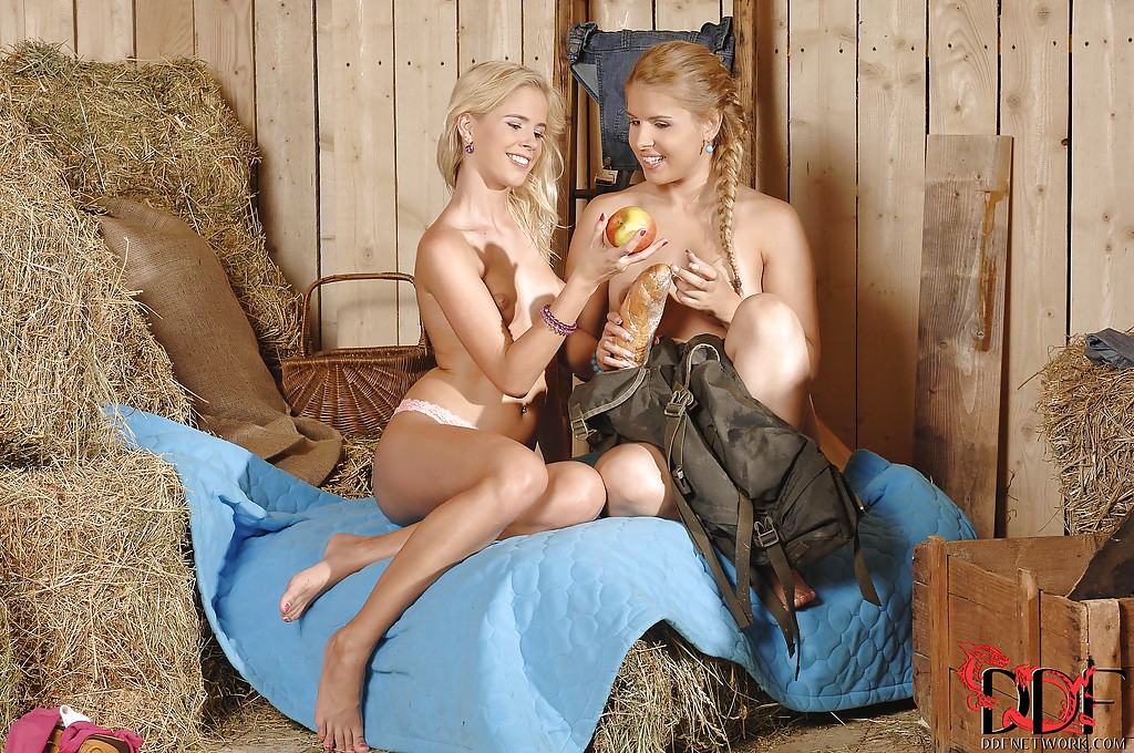 Две блондинки трахают друг дружку фонариком в амбаре секс фото и порно фото