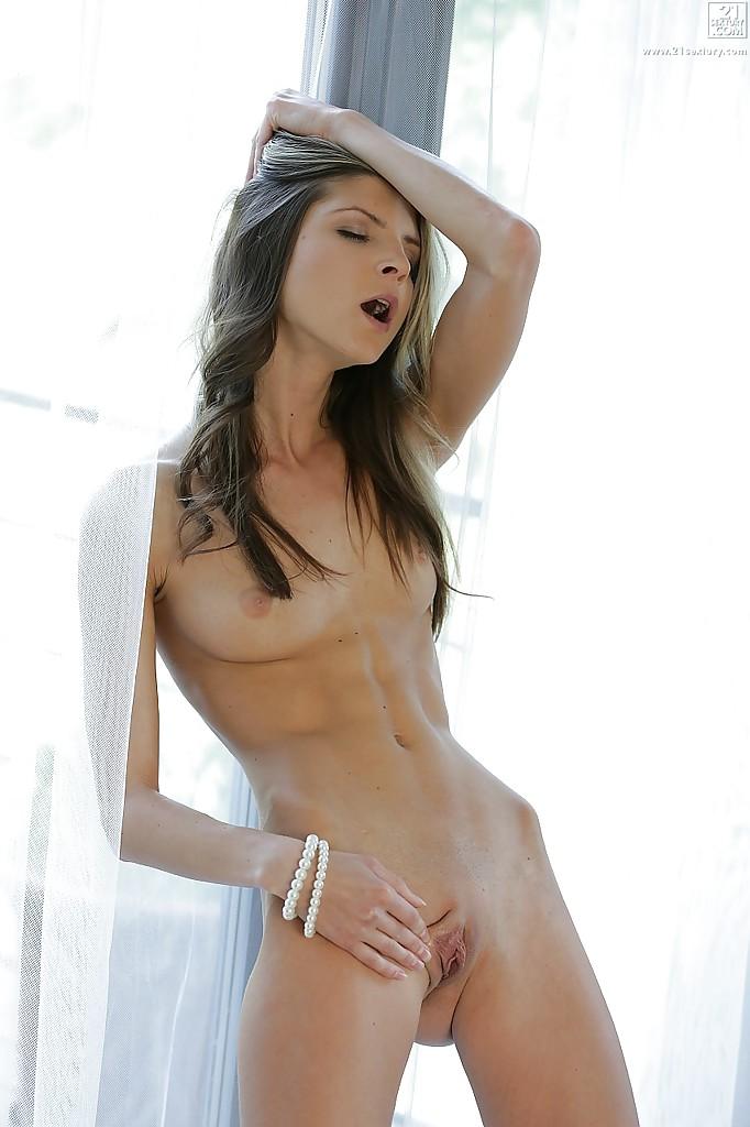 Doris Ivy с браслетами в виде бус на кисти раскрывает писю секс фото и порно фото