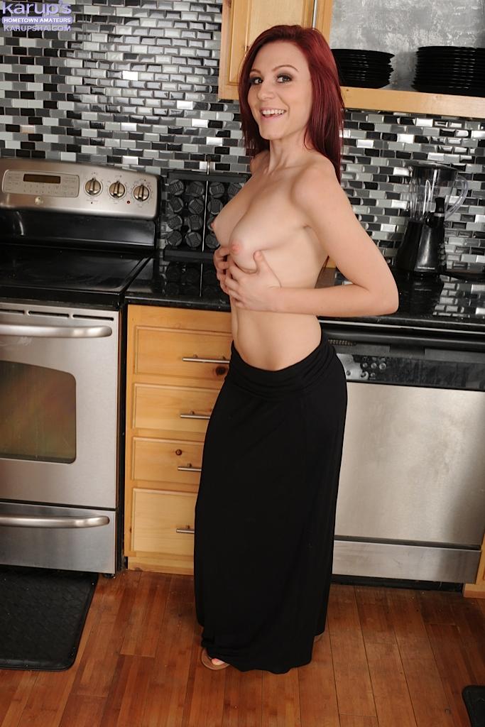 Рыжеволосая домохозяйка разделась и продемонстрировала тело на кухне секс фото и порно фото