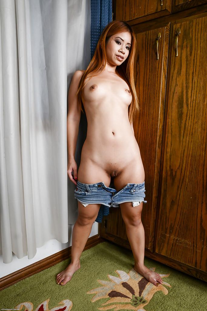 Азиатка раздвигает ноги и показывает пизду в углу комнаты секс фото и порно фото