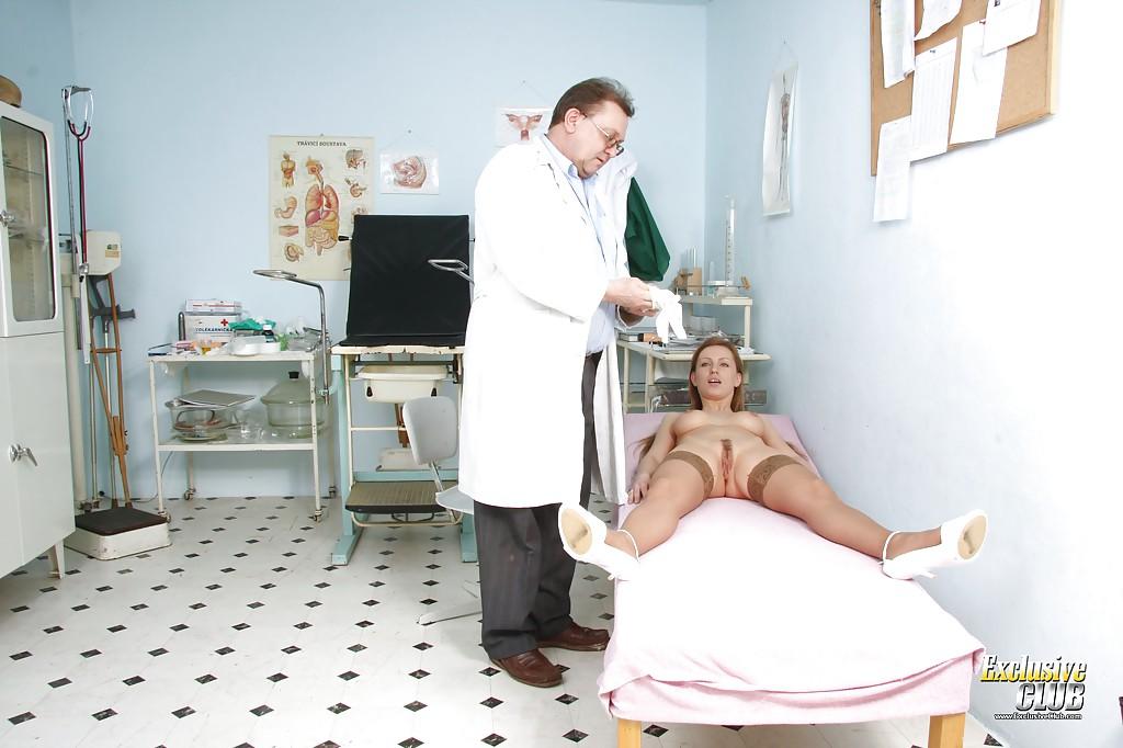 Очкастый врач осматривает пилотку девушки перчатками и игрушками секс фото и порно фото