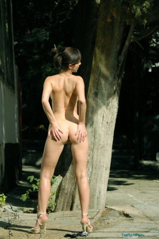 Стройная телочка снимает нижнее белье у заброшенного здания секс фото и порно фото