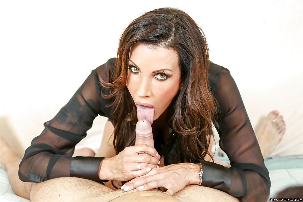Тетка слизывает сперму после быстрого отсоса в гостях секс фото и порно фото