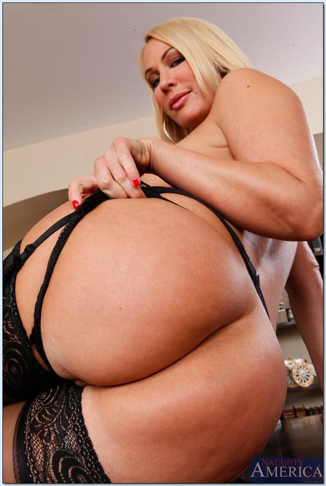 Секретарша в кабинете босса разделась на камеру секс фото и порно фото