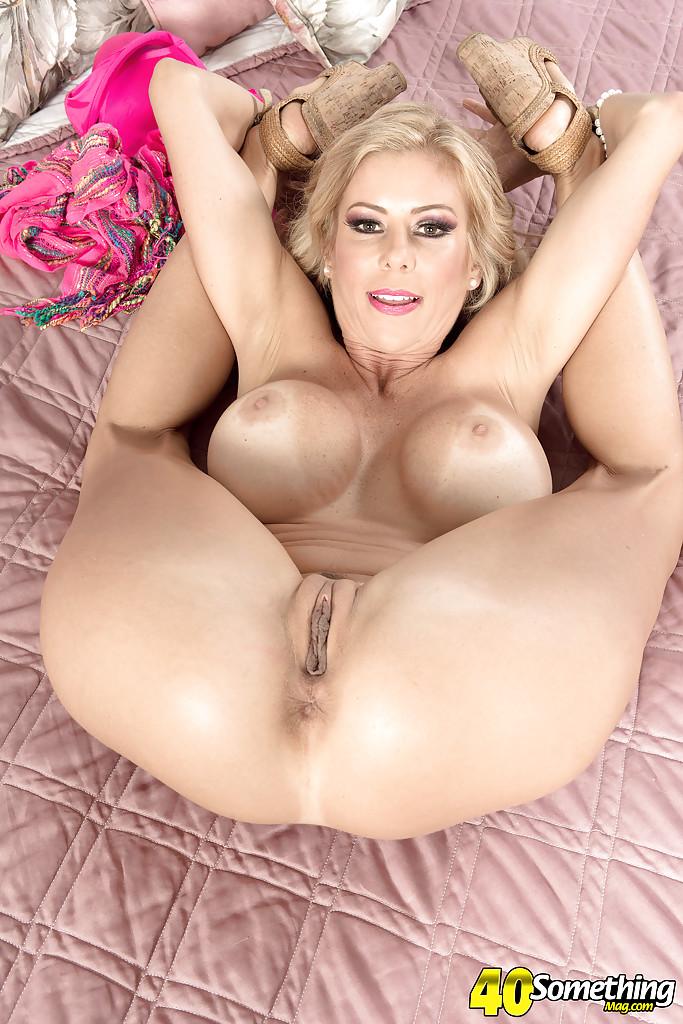Милфа с силиконовыми дойками ласкает пальцами вагину и анус секс фото и порно фото