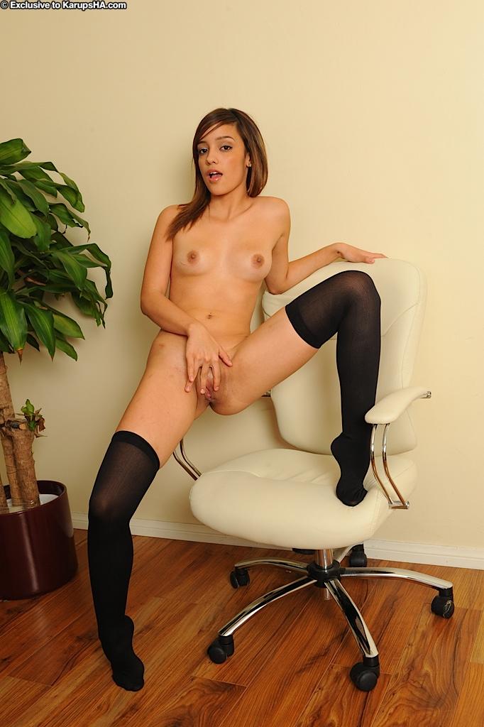 Melanie Jane сняла майку в горошек и раздвинула ноги на кресле секс фото и порно фото