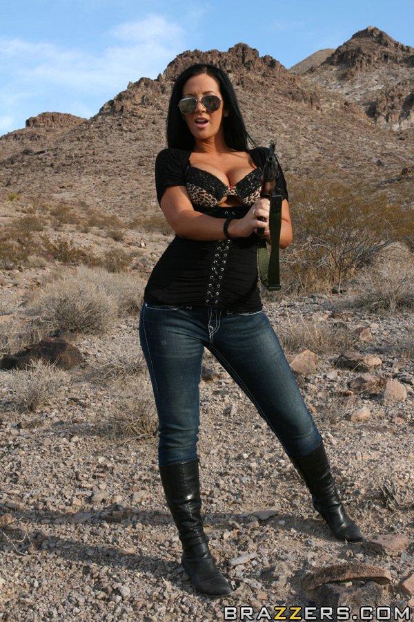 Грудастая девушка с автоматом позирует в пустыне секс фото и порно фото