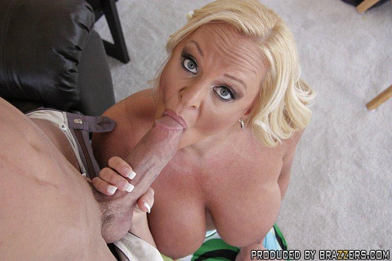 Мужик трахает грудастую подругу жены в гостиной секс фото и порно фото