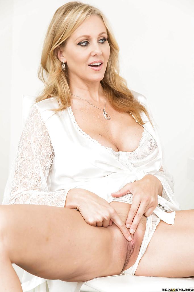 Горячий секс 45летней блондинки с молодым парнем на белом столе секс фото и порно фото