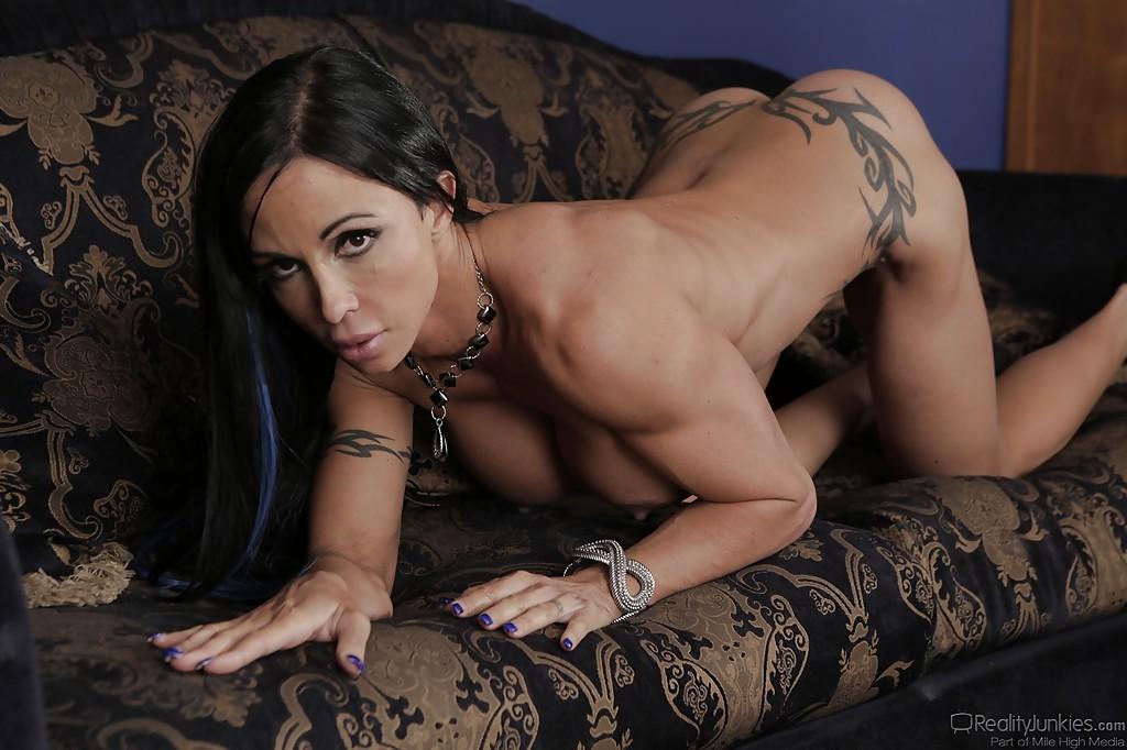 Татуированная бодибилдерша демонстрирует свои прелести на замшевом диване секс фото и порно фото