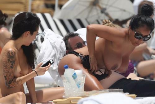 Голые тёлки на пляже попали в объектив фотографа секс фото и порно фото
