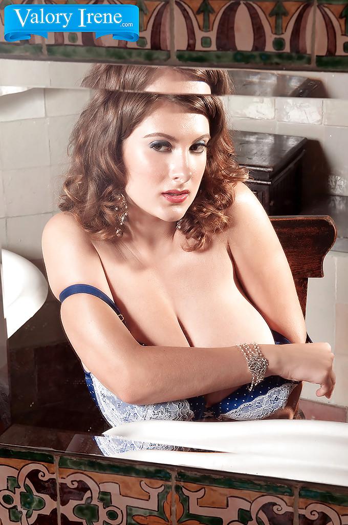 Кудрявая красотка показала тело во время утреннего душа секс фото и порно фото