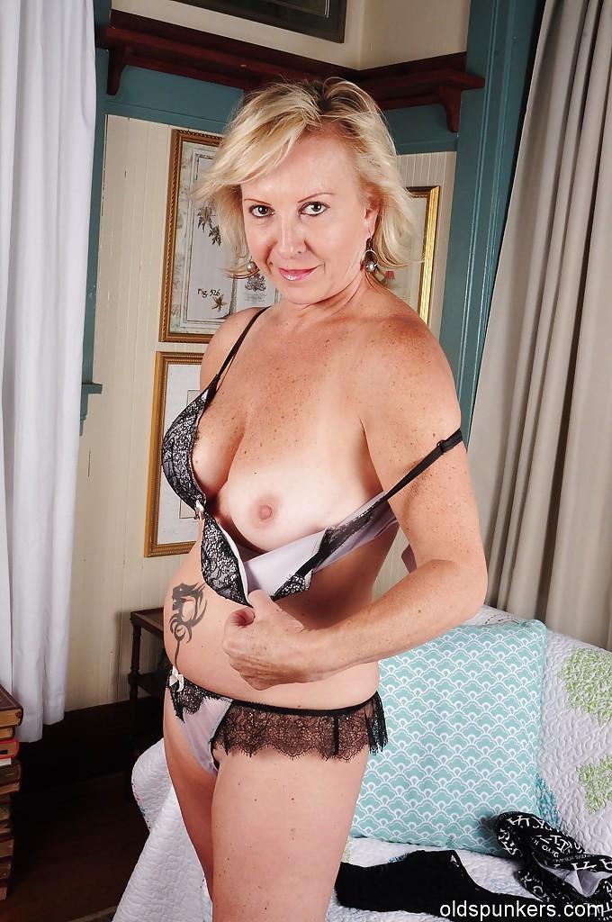Зрелая блондинка демонстрирует тело на стареньком диване секс фото и порно фото