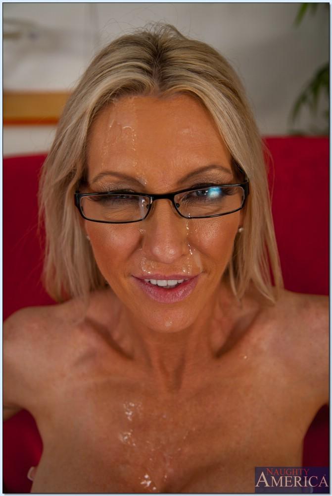 Парень трахает зрелую блондинку в чулках на красном диване секс фото и порно фото