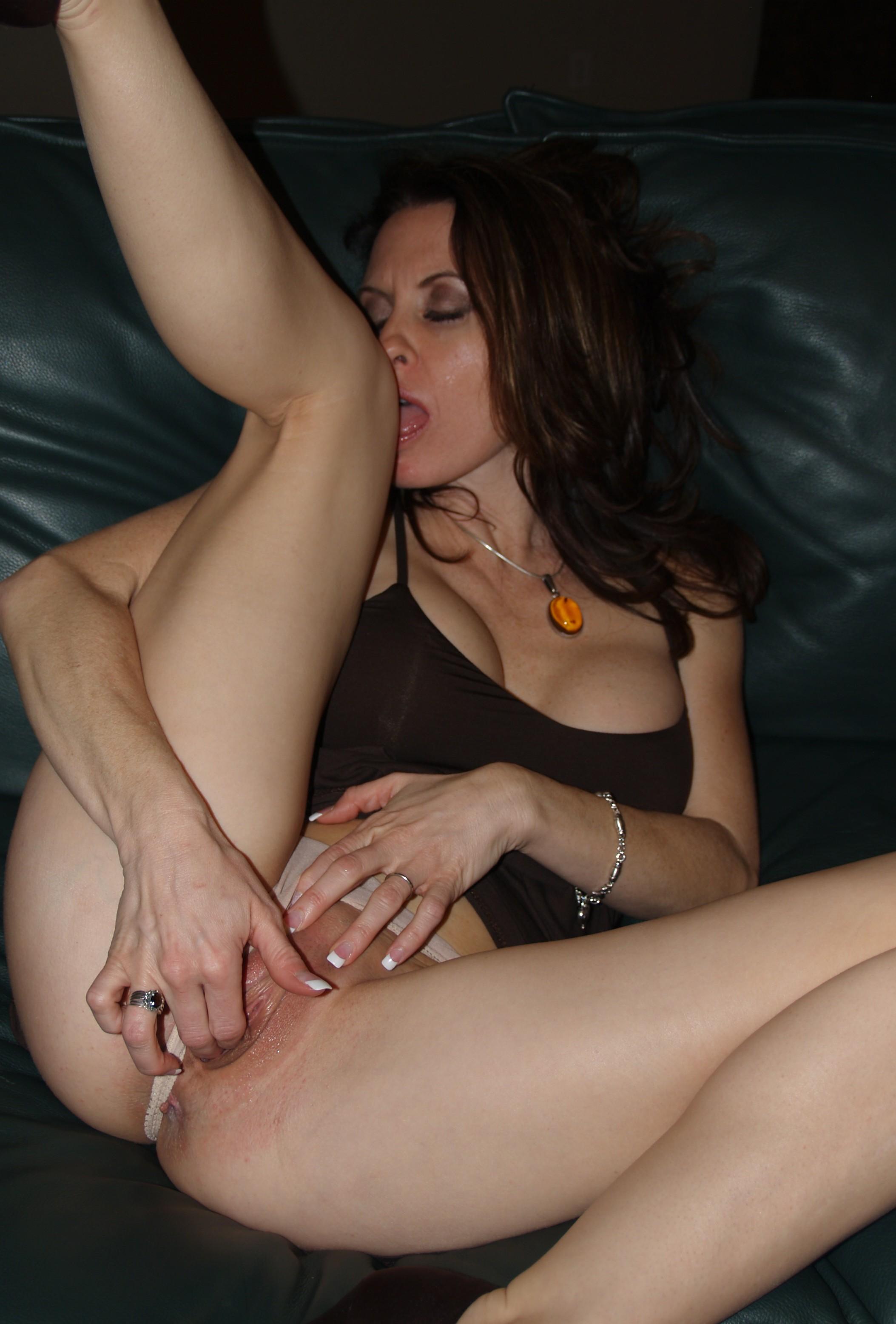 Девушки показывают свои голые киски на камеру секс фото и порно фото