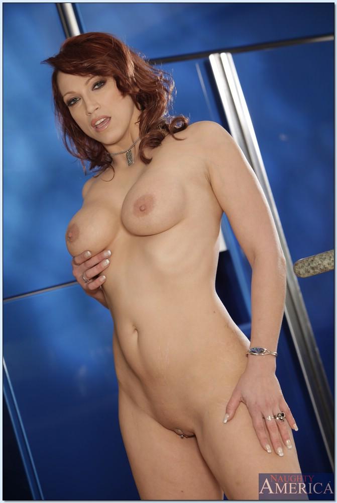 Рыжая красавица позирует на камеру в баре секс фото и порно фото