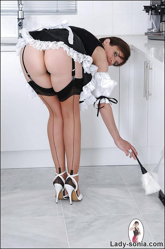 Зрелая горничная показывает тело на камеру секс фото и порно фото