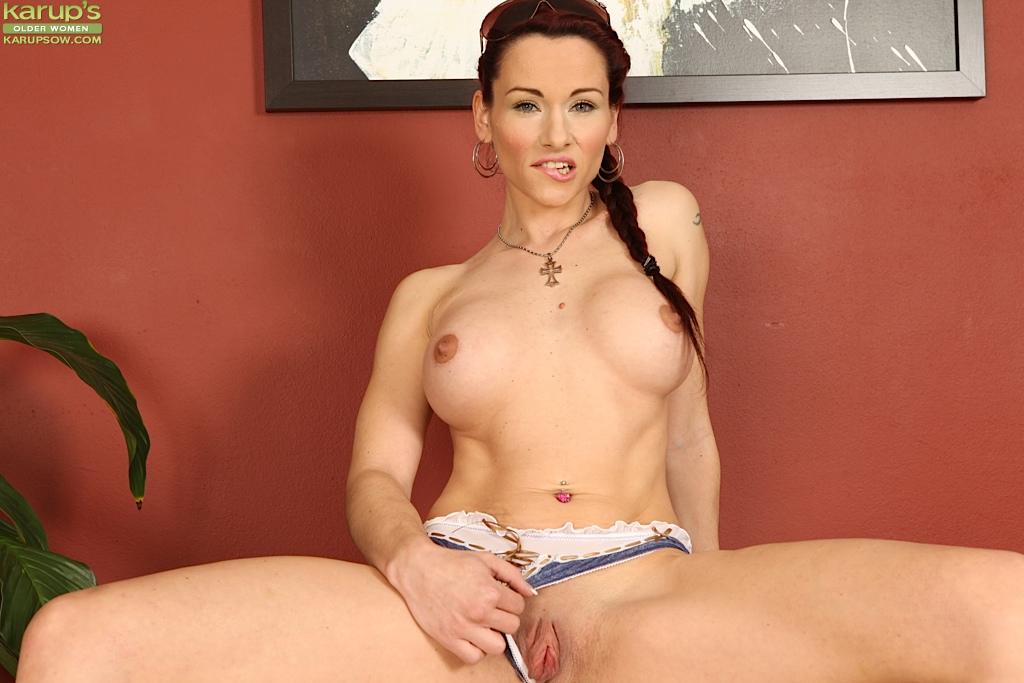 Рыжеволосая красавица демонстрирует вагину перед камерой секс фото и порно фото