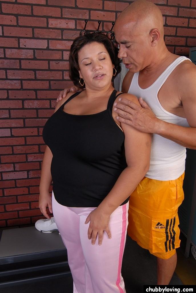 Тренер трахнул в спортзале толстую милфу и кончил на сиськи секс фото и порно фото