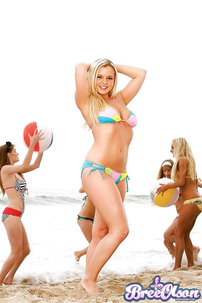 Горячая блондинка позирует на пляже в бикини секс фото и порно фото
