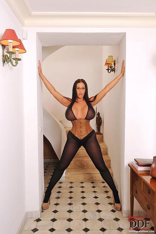 Брюнетка с большими сиськами позирует на камеру секс фото и порно фото