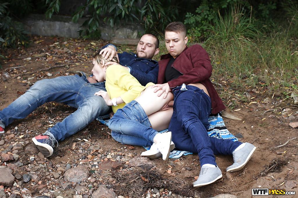 Двое парней шпилят паровозом подругу в лесу секс фото и порно фото