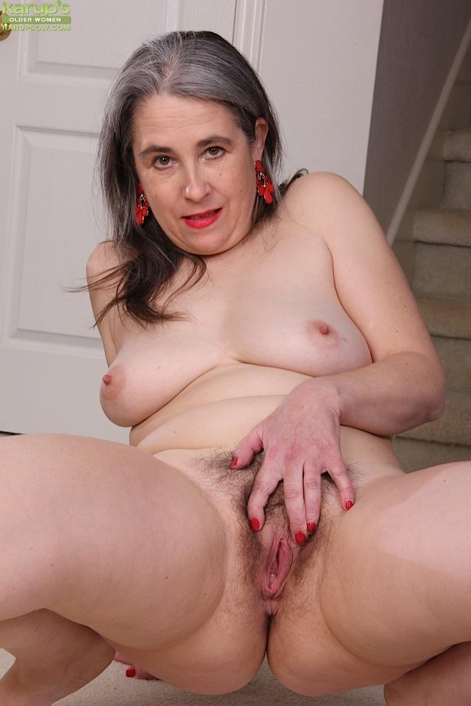 Зрелая дама показала свою волосатую пизду у себя дома секс фото и порно фото