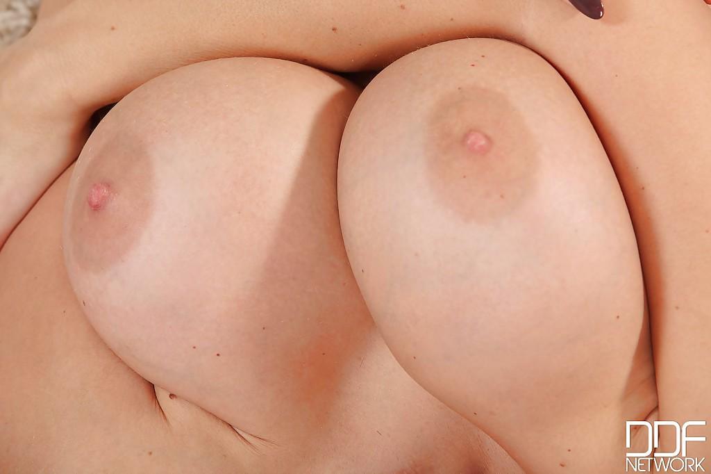 Красивая брюнетка демонстрирует своё тело на камеру секс фото и порно фото