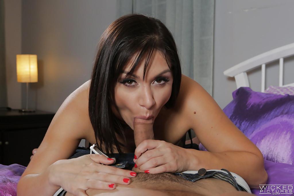 Зрелая брюнетка сосёт член любовника на двухспальной кровати секс фото и порно фото