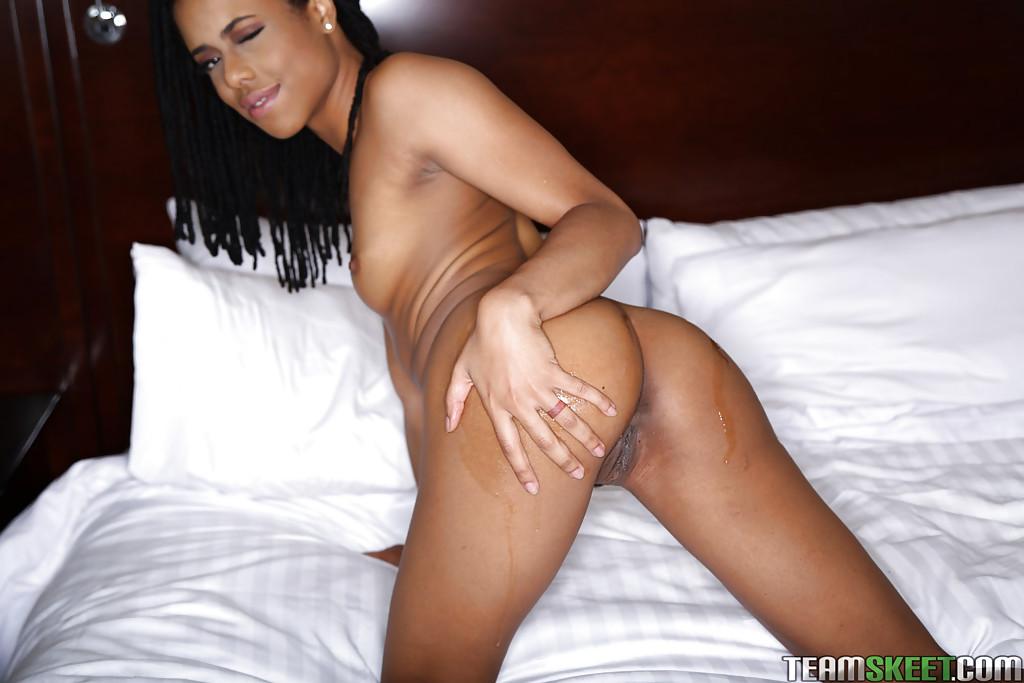Мулатка с дредами мастурбирует на двухспальной кровати секс фото и порно фото