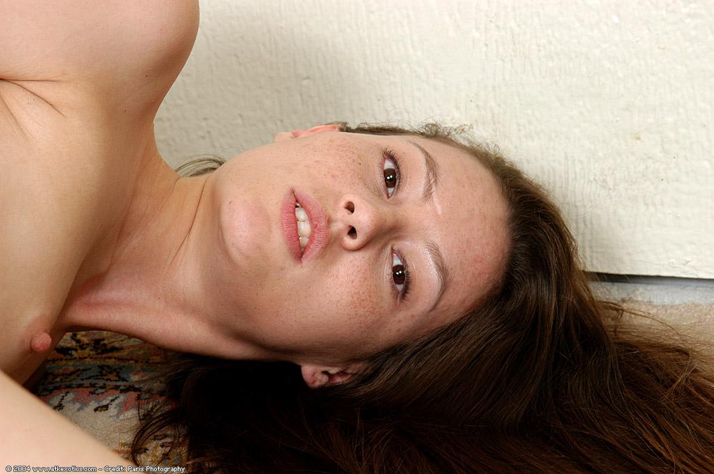 Молодая метиска показывает свои прелести перед камерой дома секс фото и порно фото