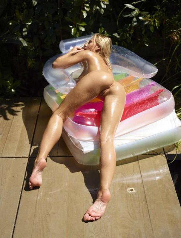 Дарина Литвинова демонстрирует тело на надувном кресле секс фото и порно фото