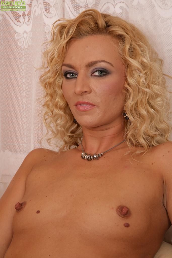 Блондинка с маленькими сиськами демонстрирует вагину на кожаном диване секс фото и порно фото