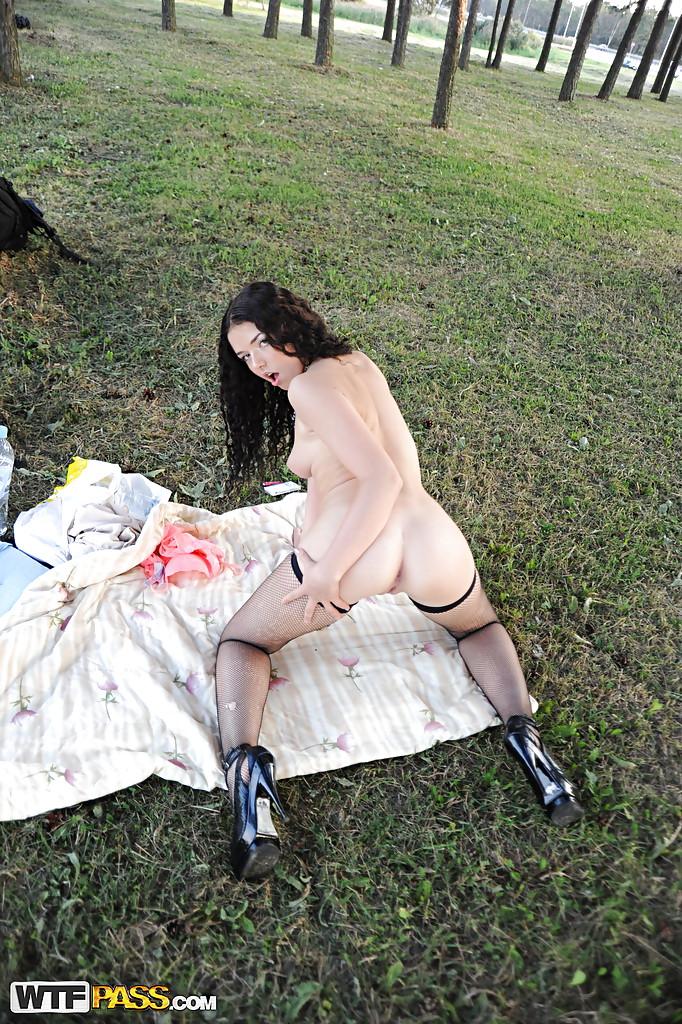 Курящая шалава разделась в городском парке секс фото и порно фото
