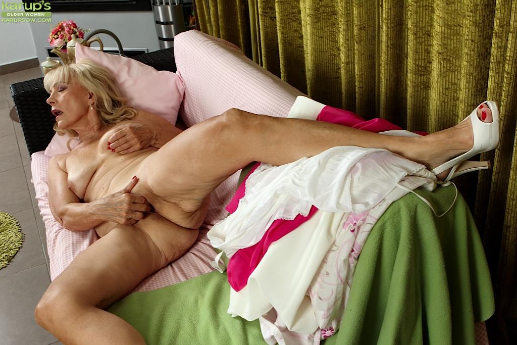 Озабоченная бабка дрочит вагину пальцами секс фото и порно фото