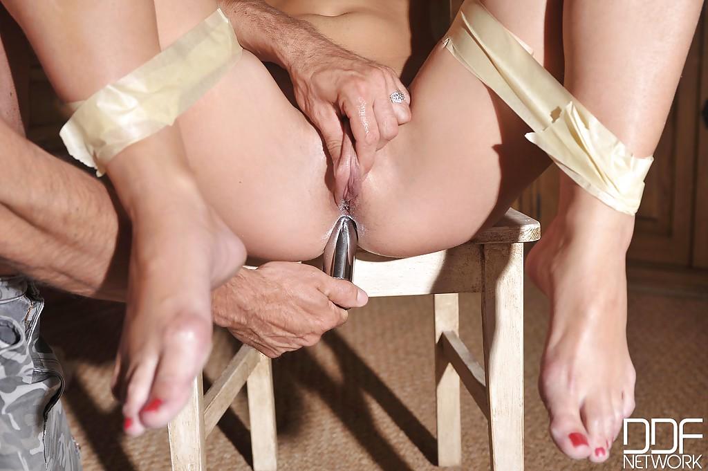 Солдат растягивает разрабатывает анал и влажную киску 20летней брюнетки секс фото и порно фото