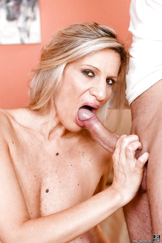 50летняя старуха соблазнила молодого задрота с большим членом секс фото и порно фото