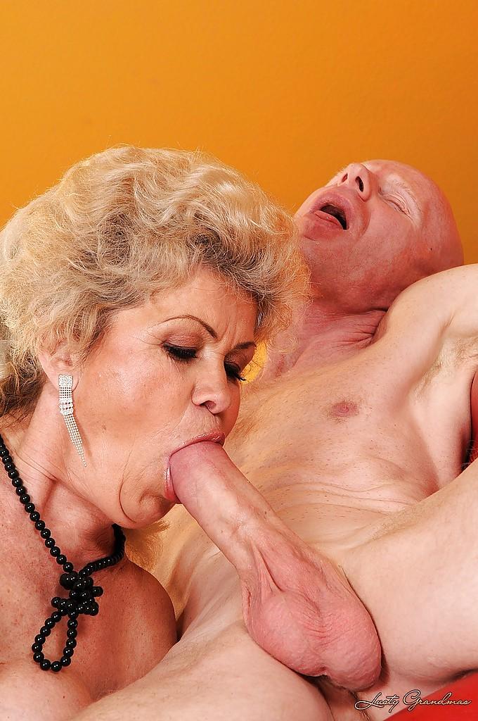 Лысый старик присунул в волосатую киску жопастой бабки секс фото и порно фото