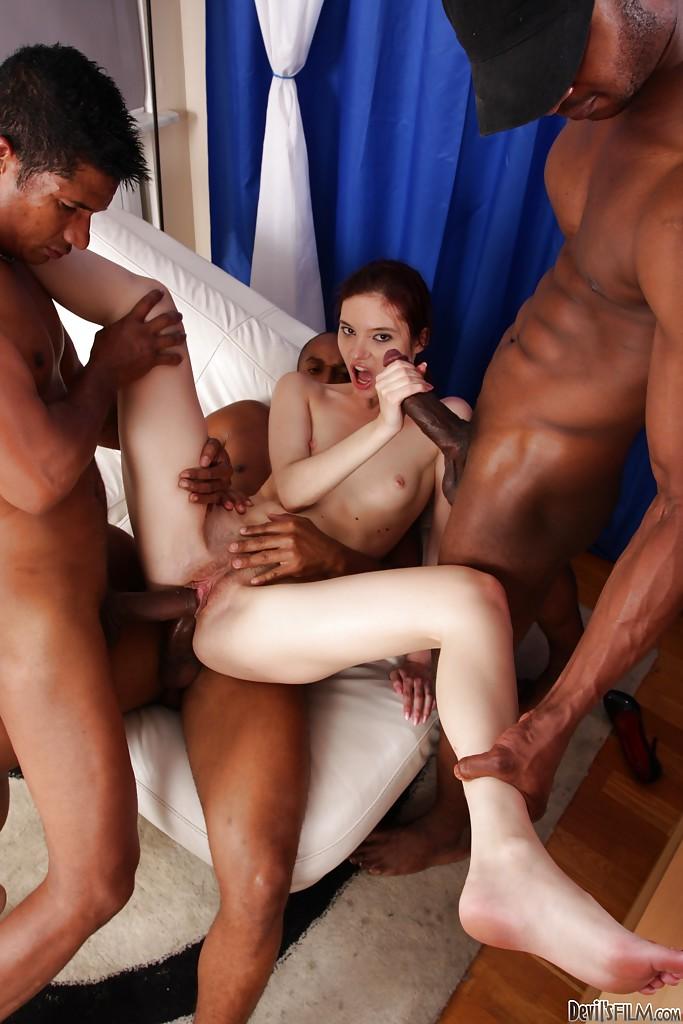 Три негра растянули анал рыжей мокрощелки и выебали ее сразу в три дырки секс фото и порно фото