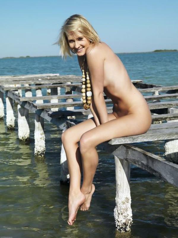 Красивая эротика со стройной блондинкой на морском побережье секс фото и порно фото