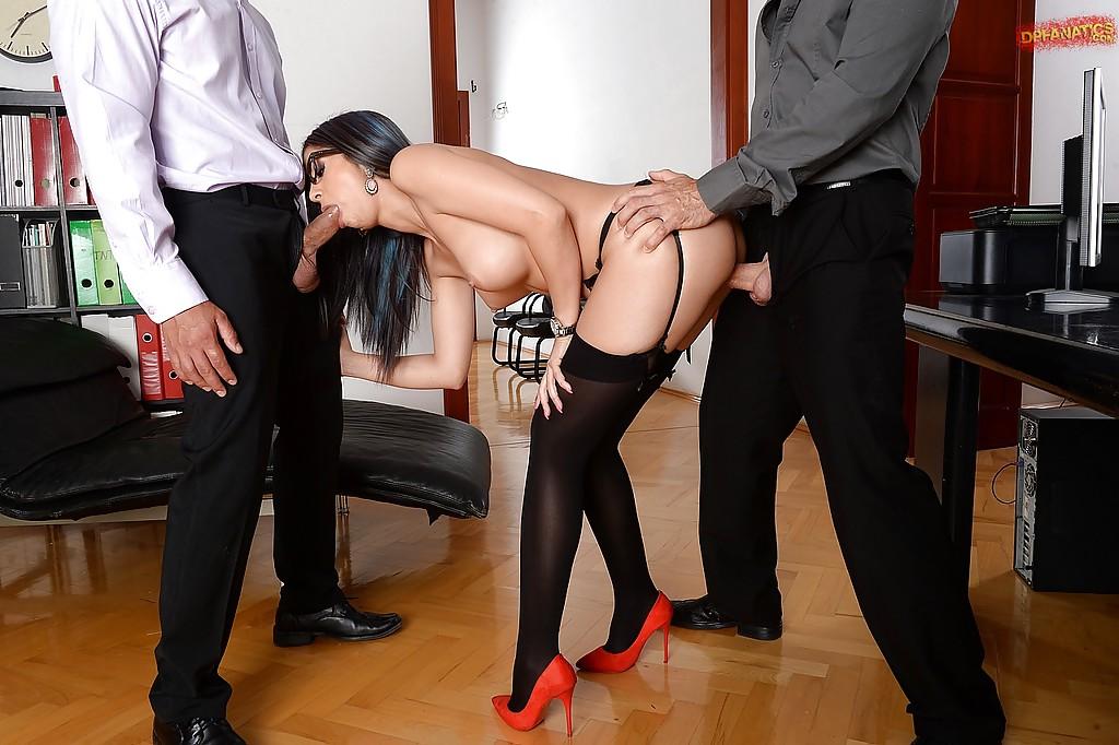 Секретарша взяла в рот и дала во все щели начальнику и его заму секс фото и порно фото