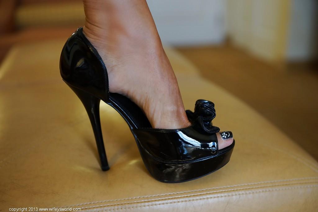 40летняя милфа из Европы хвастается огромными сиськами и длинными ножками секс фото и порно фото