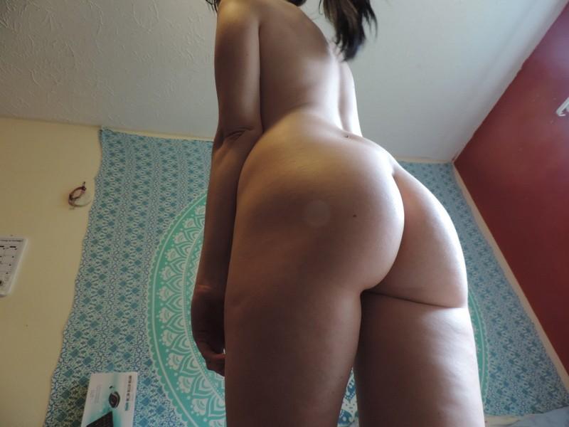 20летняя брюнетка показывает нежную писю и позирует перед вебкой секс фото и порно фото