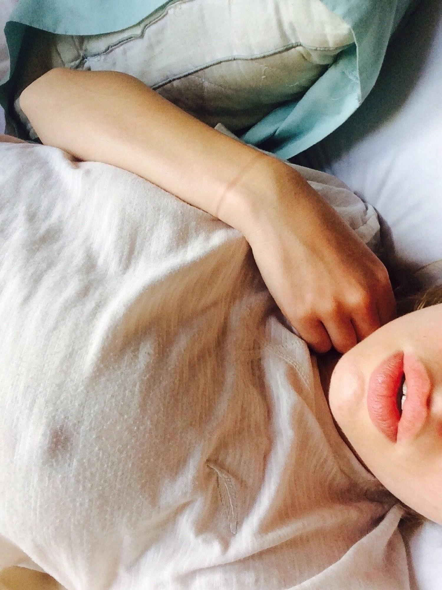 Длинноногая стройняшка красуется молодым телом перед камерой Айфона секс фото и порно фото