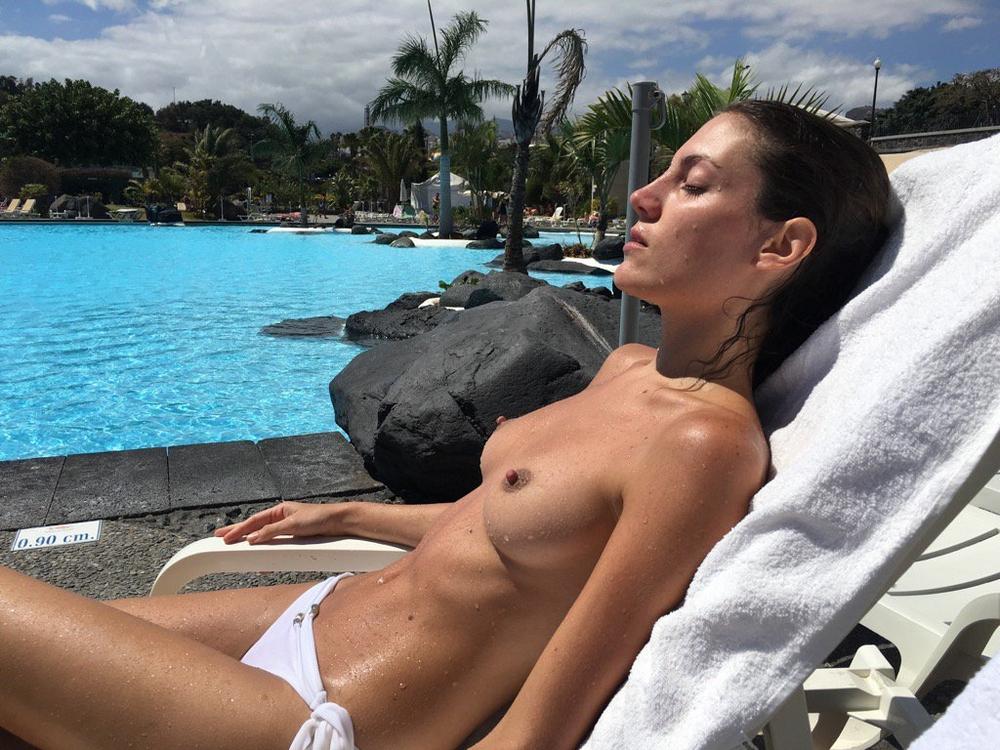 Длинноногая туристка позирует для бойфренда на курорте секс фото и порно фото