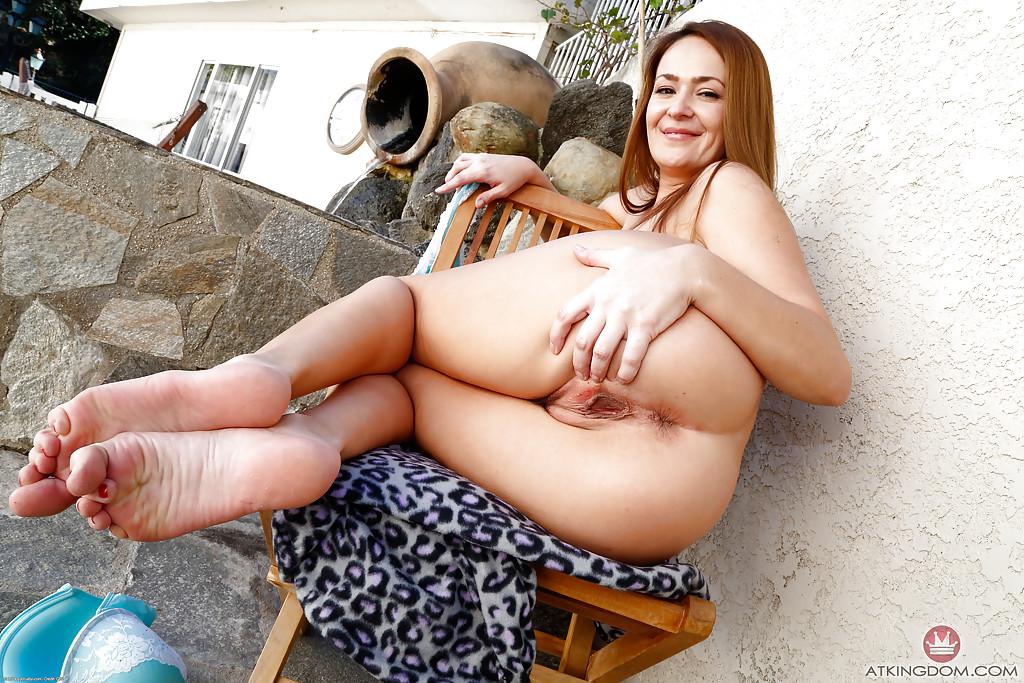 Мамка с обвисшими сиськами показывает волосатую пилотку во дворе дома секс фото и порно фото