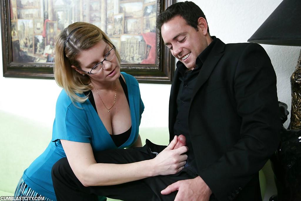 Зрелая разведенка помогла мужику в пиджаке избавиться от эрекции суходрочкой секс фото и порно фото