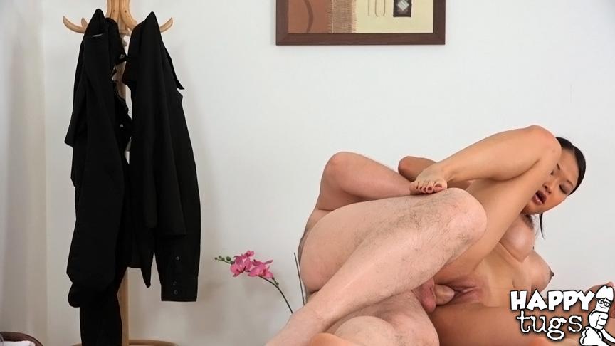 Азиатка трахается с толстым мужиком вместо массажа секс фото и порно фото