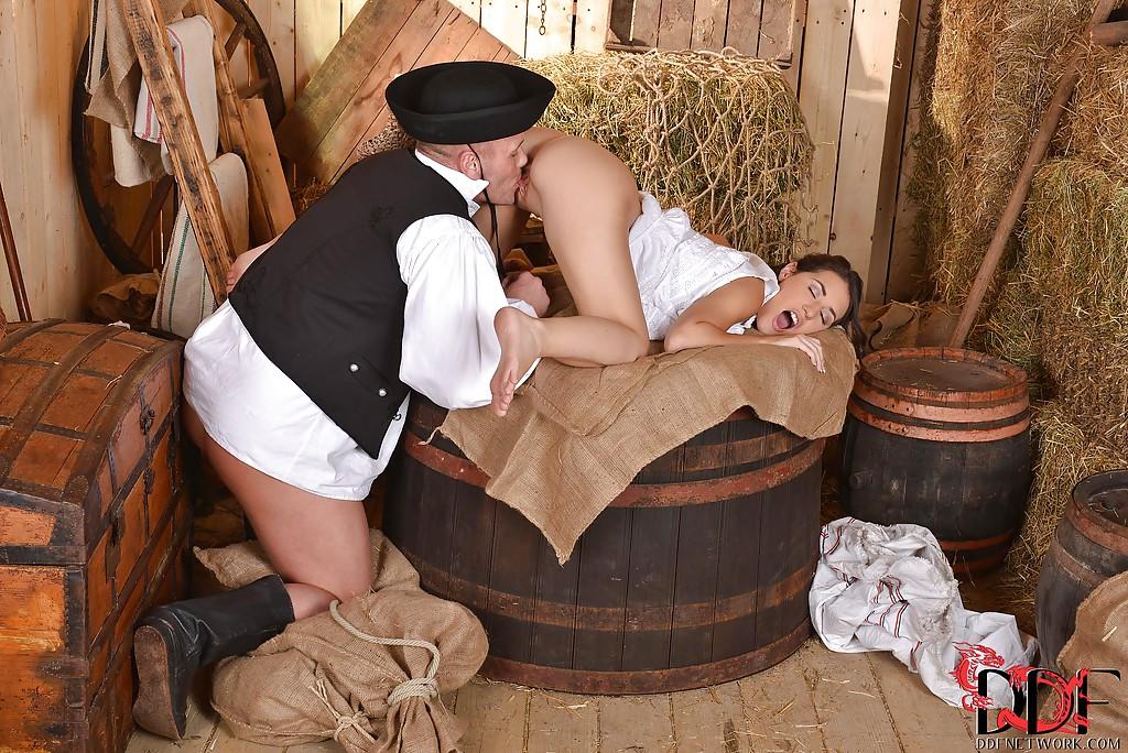 Польский пастух застал спящую доярку в сарае и присунул ей секс фото и порно фото
