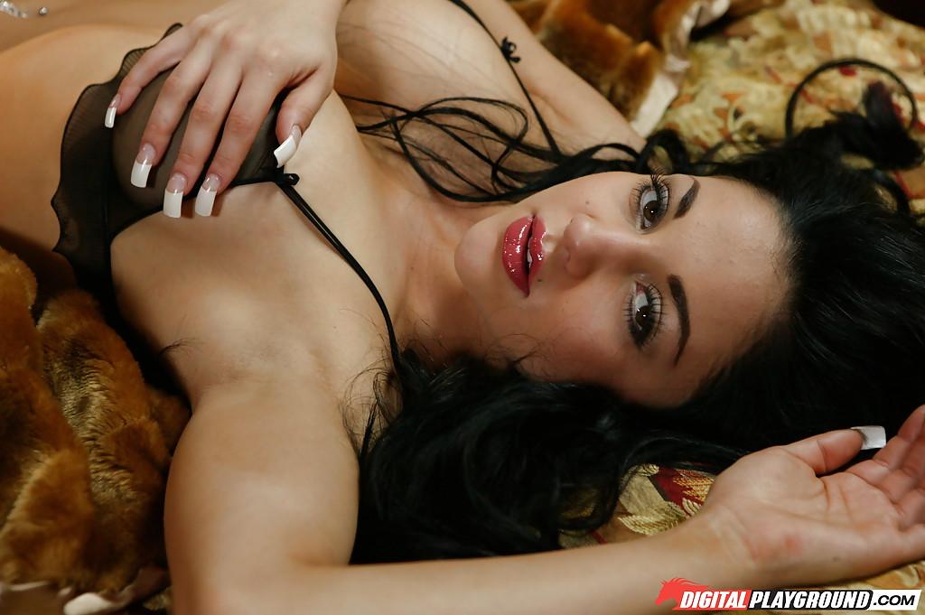 Сольная эротика брюнетки с большими силиконовыми титьками секс фото и порно фото